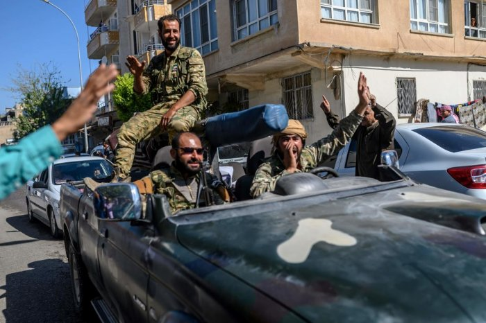 Turkey-backed Syrian opposition fighters going to Tel Abyad from Turkish gate towards Syria. (AFP Photo)