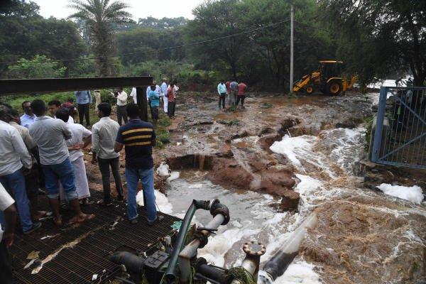 Doddabidarakallu Lake breached last night following heavy rains, at BWSSB Sewage Treatment Plant, 300 and more families affected, at Bhavaninagar and Thirumalapura, in Bengaluru on Thursday. (DH Photo/ B H Shivakumar)