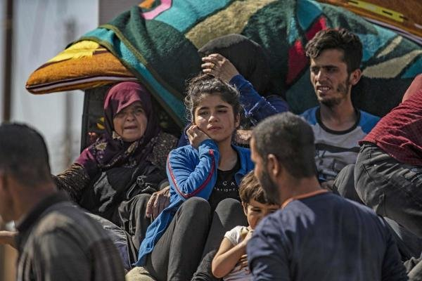 Syrian Arab and Kurdish civilians arrive to Hassakeh city after fleeing following Turkish bombardment on Syria's northeastern towns along the Turkish border on October 10, 2019. (AFP photo)