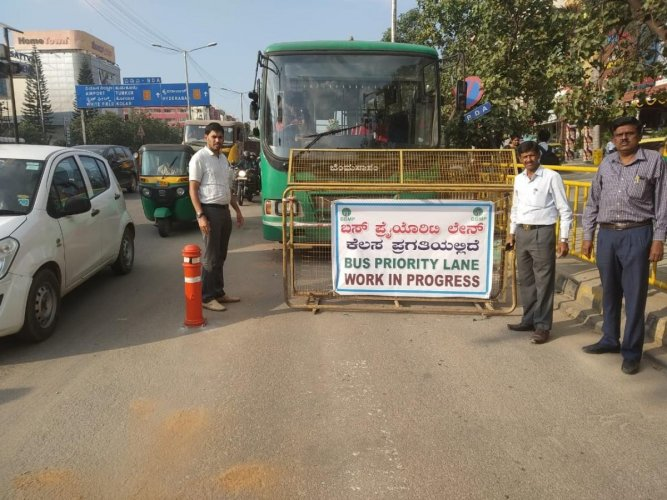 Officials instal orange-coloured bollards along the Outer Ring Road to demarcate the bus priority lane on Saturday. DH PHOTO/CHIRANJEEVI KULKARNI