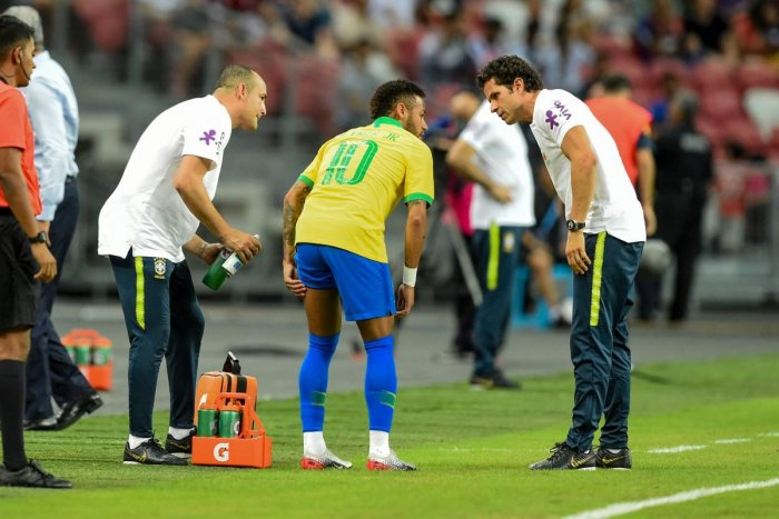 Brazil's forward Neymar (C) leaves the field during an international friendly football match between Brazil and Nigeria at the National Stadium in Singapore on October 12, 2019. (Photo by Roslan RAHMAN / AFP)