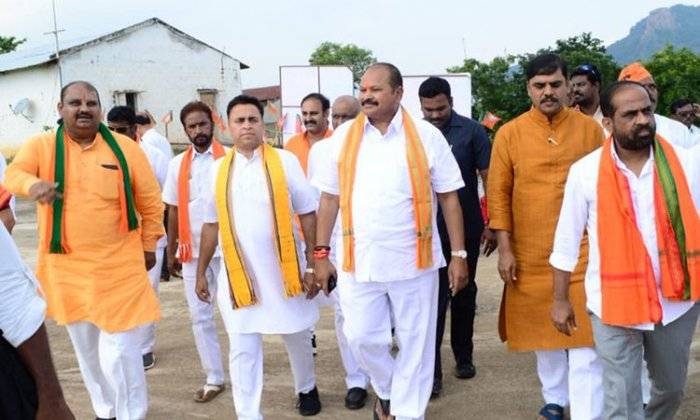 Second from left: Sunil V Deodhar and Kanna Lakshminarayana at the project site