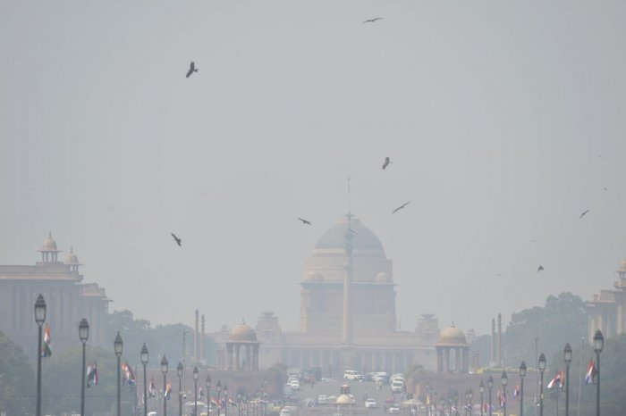 New Delhi banned the use of diesel generators on October 15 as pollution levels in the Indian capital exceeded safe limits by more than four times. (Photo by Sajjad HUSSAIN / AFP)
