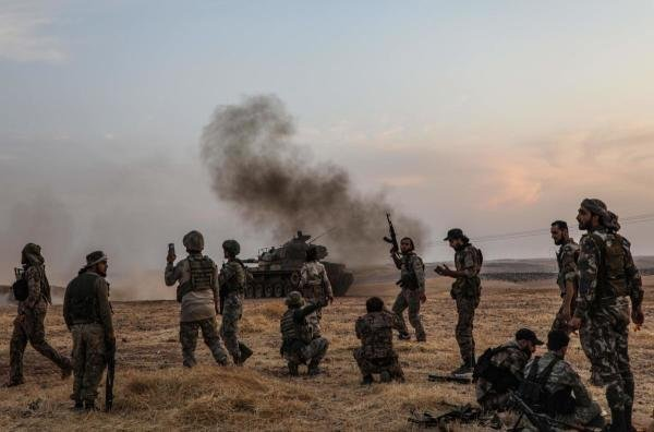 Turkish soldiers and Turkey-backed Syrian fighters gather on the northern outskirts of the Syria as Turkey and its allies continue their assault on Kurdish-held border towns. (AFP photo)