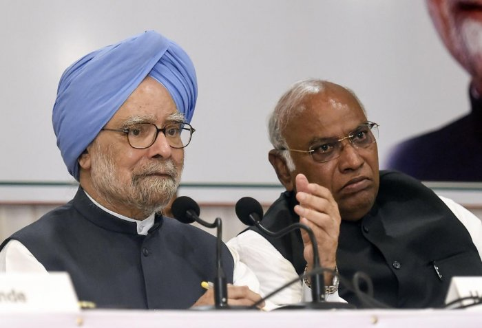 Congress senior leader and former prime minister Manmohan Singh addresses a press conference, in Mumbai, Thursday, Oct. 17, 2019. Also seen is Congress leader Mallikarjun Kharge. (PTI Photo)