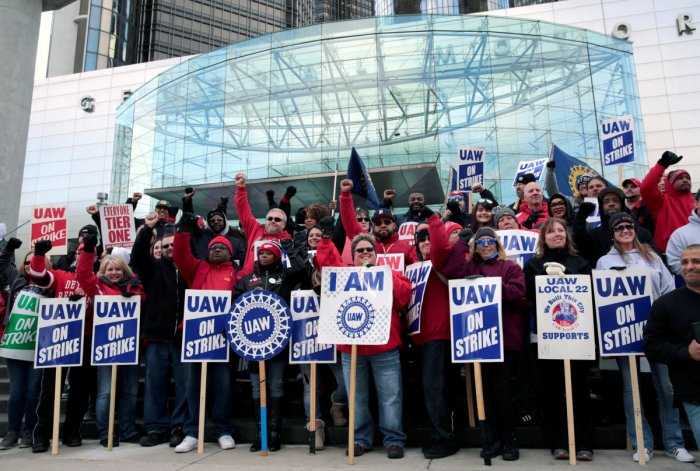 Striking United Auto Workers (UAW) members rally in front of General Motors World headquarters in Detroit (Reutesr Photo)