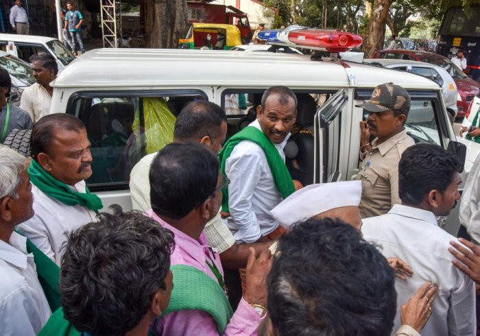 Policy accompany farmers to Raj Bhavan from Krantiveera Sangolli Rayanna railway station in Bengaluru on Friday. The farmers had been staging a protest demanding government notify Kalasa-Banduri project since Thursday. DH Photo