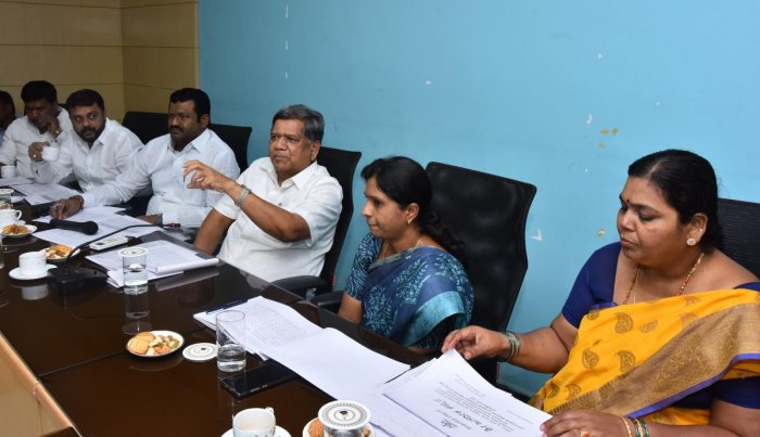 Minister Jagadish Shettar speaks at the flood relief works progress review meeting, in Hubballi on Friday. MLAs Amruth Desai, Shankar Patil Munenakoppa, DC Deepa Cholan, and MLA Kusumavati Shivalli are present.