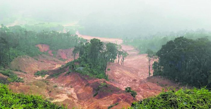 Hundreds of people are suspected to have been stranded atop the hillock near Makkandur of Madikeri taluk, which collapsed following heavy rain on Thursday.