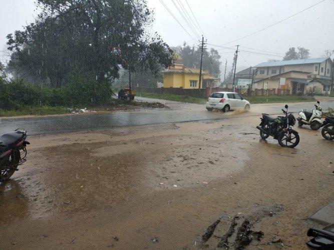 Heavy rain lashes Shanivarasanthe town in Kodagu district on Sunday. DH Photo