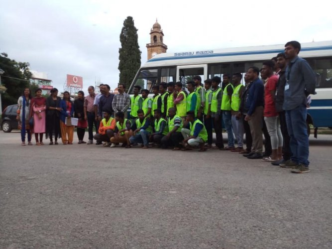 As many as eighty pourakarmikas of Mysuru who were sent to Kodagu for flood relief and rescue operations, on Sunday. DH photo.