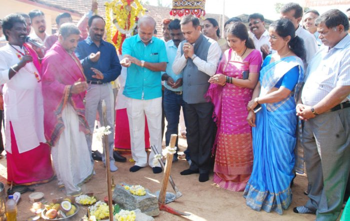 District In-charge Minister Sa Ra Mahesh performs Bhoomi Puja for the construction of a school building at Makkandur.