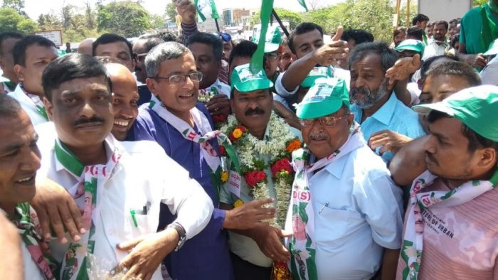 Newly appointed district JD(S) unit president K M B Ganesh was greeted by his supporters near Kushalnagar toll gate on Thursday.