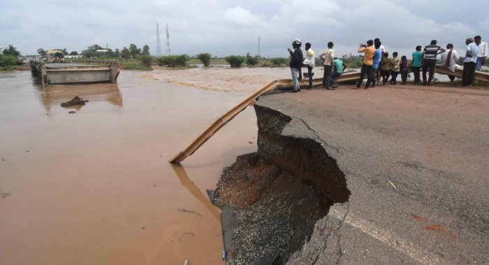 The bridge across Tuppari Halla in Dharwad taluk, which collapsed following heavy rain in August, is under water again due to showers on Sunday. (DH Photo)
