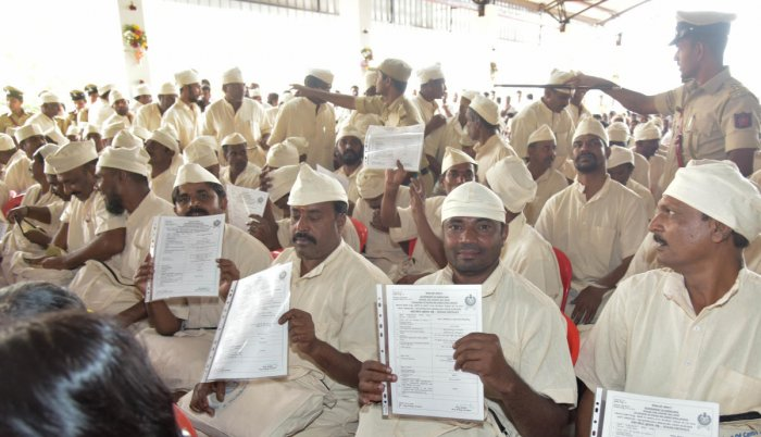 Prisoners released for good conduct show their release certificates at Parappana Agrahara Central Prisons in Bengaluru on Monday. DH Photo/B H Shivakumar