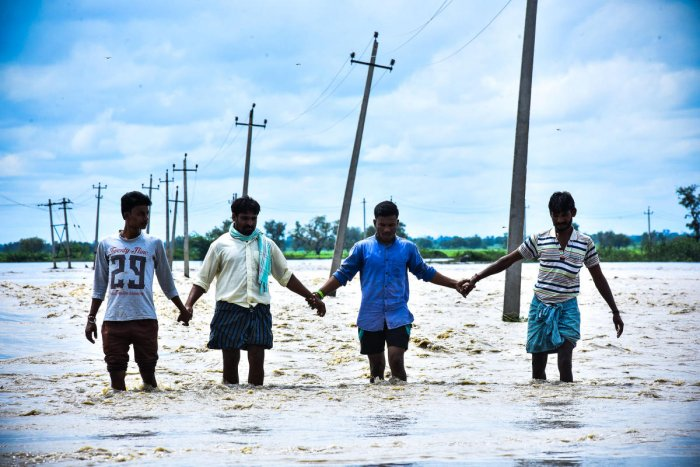 The road from Haveri to Ballari is under water. (DH Photo/Tajuddin Azad)