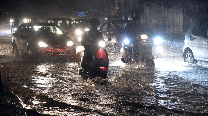 On Monday, the city witnessed moderate rainfall in the evening, accompanied by familiar traffic chaos.