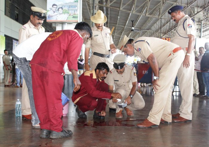 A tea vendor sustained injuries following a mild explosion at Hubballi railway station on Monday. DH File Photo