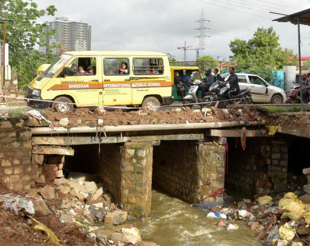 A retaining wall on Nelagadaranahalli Road collapsed following rains on Tuesday night. (DH PHOTO/B H SHIVAKUMAR)