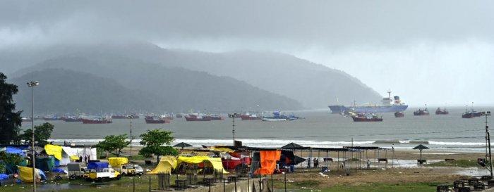 Hundreds of fishing boats are anchored at Karwar coast, following rough sea, on Thursday. DH PHOTO