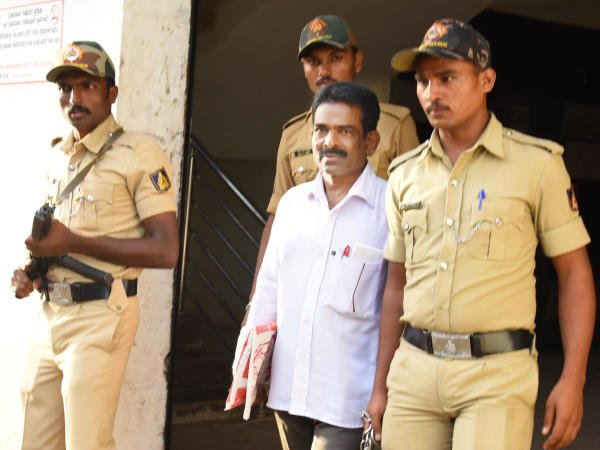 Cyanide Mohan being escorted to the court by the police.