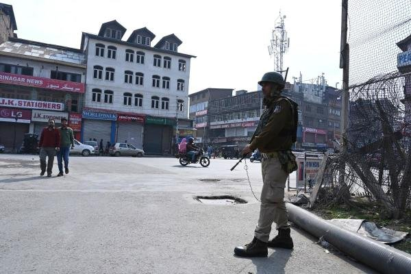 An Indian paramilitary trooper stands guard on a street during a lockdown in Srinagar on October 23, 2019. (AFP photo)