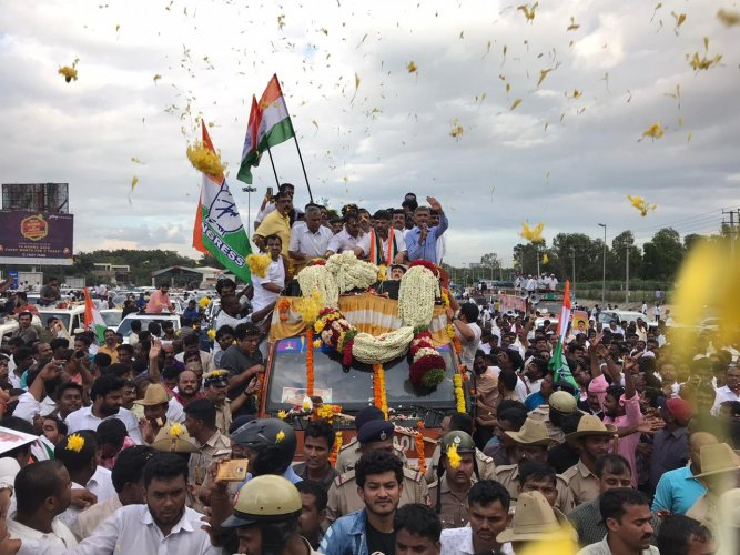 DK Shivakumar received by hundreds of supporters at the airport. The busy road witnessed traffic jam. | Pushkar V