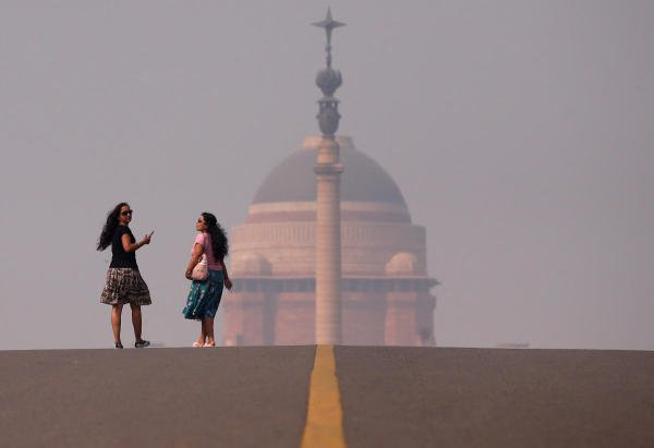 Women walk in front of India's Presidential Palace on a smoggy morning in New Delhi. (Reuters photo)