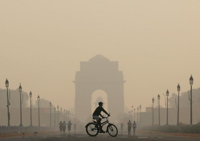 A smoggy morning near India Gate in New Delhi (Photo by Reuters)