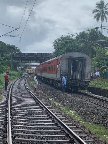 The bogies of Netravati Express train that departed from Thiruvananthapuram central on Wednesday that got separated. (DH Photo)