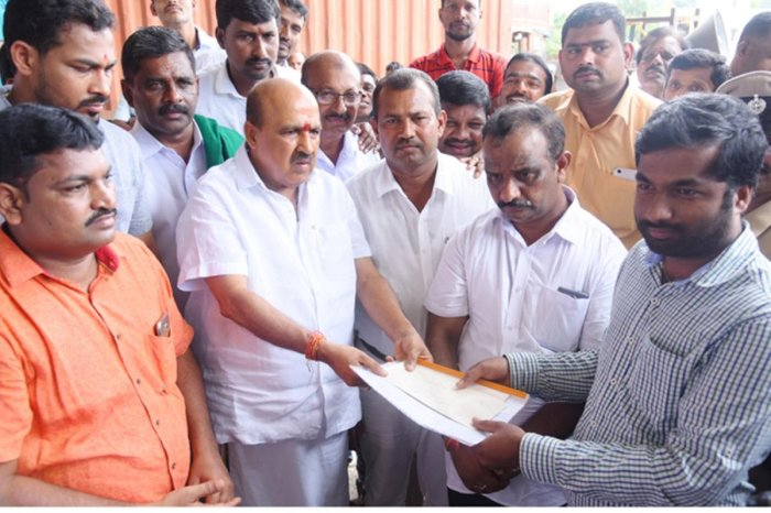 MLA Sukumar Shetty and members of Toll Gate Action Committee submit a memorandum to an official from NHAI at Shiroor.