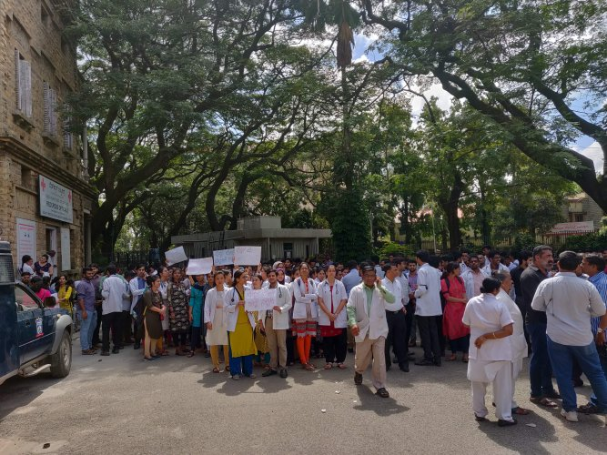 Hundreds of post-graduate students and resident doctors belonging to the Bangalore Medical College and Research Institute have been staging a protest in front of the state-run Minto Opthalmic Hospital. (DH photo)