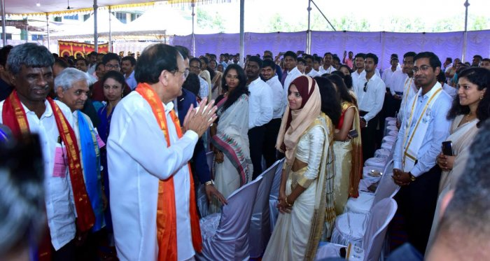 Vice President Venkaiah Naidu greets students after delivering convocation address, at the 17th annual convocation of NITK at Surathkal on Saturday. DH Photo