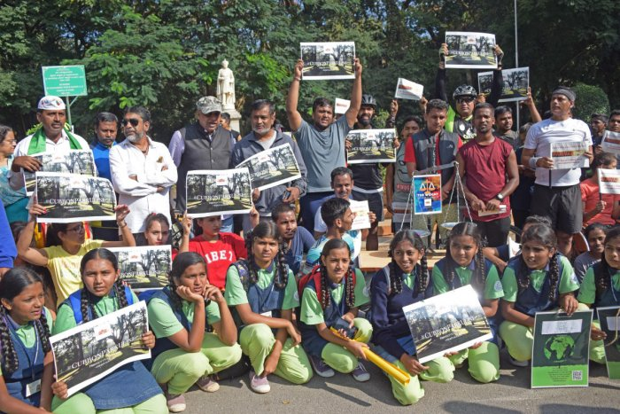 Residents, Workers, Locals and Students from all over Bangalore get together to save Cubbon Park from the treachery of chainsaws and bulldozers for the construction of a concrete giant on the premesis of the park. (DH Photo: Sneha Sengupta)