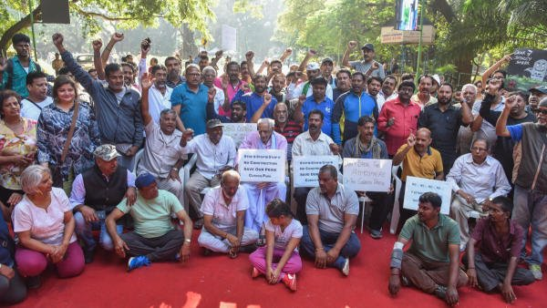 Walkers are staging protest under the leadership of Doreswamy freedom fighter against the construction new buildings in around Cubbon Park. (DH photo/S K Dinesh)