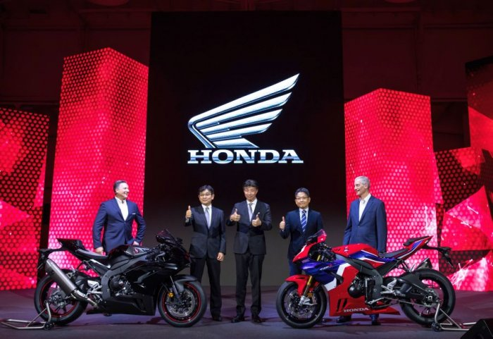 Noriake Abe - Managing Officer & Chief Officer Motorcycle Operations, Honda Motor Co Ltd. (2nd from left), Katsushi Inoue – COO and President, HME (centre) and Yoshishige Nomura – President, HRC (2nd from right) unveil  Honda's CBR 1000RR Fireblade and CBR 1000RR Fireblade SP in EICMA at Milan, Italy