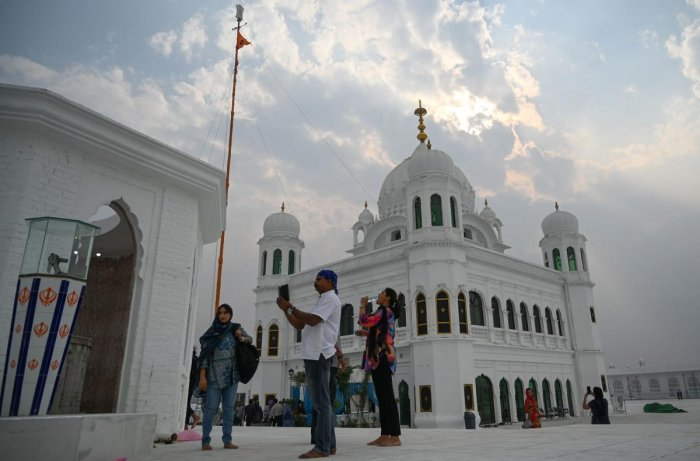 Sikh pilgrims from different countries visit the Shrine of Baba Guru Nanak Dev at the Gurdwara Darbar Sahib, in the Pakistani town of Kartarpur, (AFP Photo)