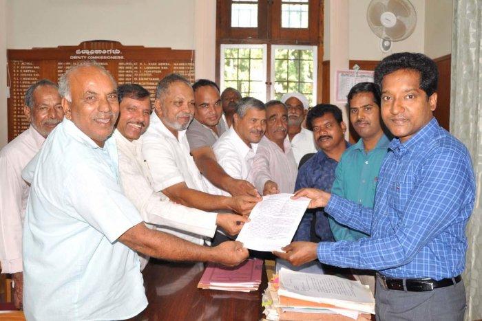 Members of Karnataka Janashakthi Sangha submit a memorandum to Deputy Commissioner Dr Bagadi Gautam in Chikkamagaluru.