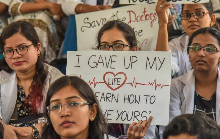 Medical Students of Bangalore Medical College and Research Institute under the banner of Resident Doctors Association staging protest on sixth day in Bengaluru on Thursday. (DH Photo/S K Dinesh)