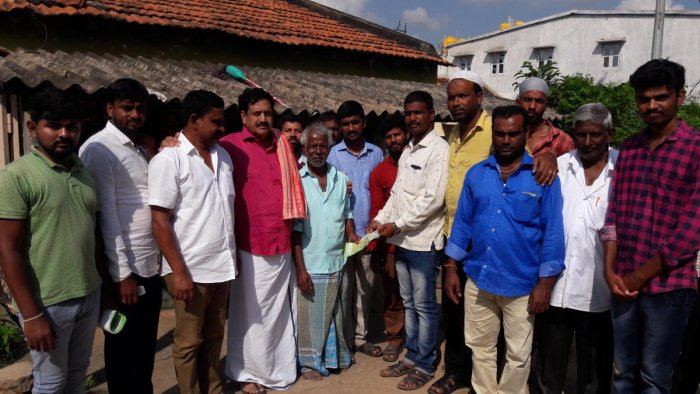 Former MLA Y S V Datta meets voters during campaign for JD(S) candidates at Halappa Layout in Birur. Dh Photo