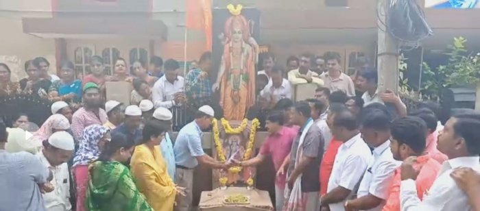 Hundreds of Muslims paid floral tributes to a portrait of Sri Rama in front of the Vidyaranapuram office of Krishnaraja MLA S A Ramdas, in Mysuru, welcoming the verdict. Photo/Screengrab