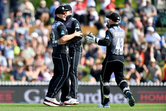 New Zealand's Colin Munro (L) celebrates running out England's Sam Billings with team mates Martin Guptill (C)