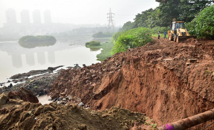 The Hosakerehalli Lake in South Bengaluru breached in the wee hours of Sunday following incessant rains. (DH Photo)