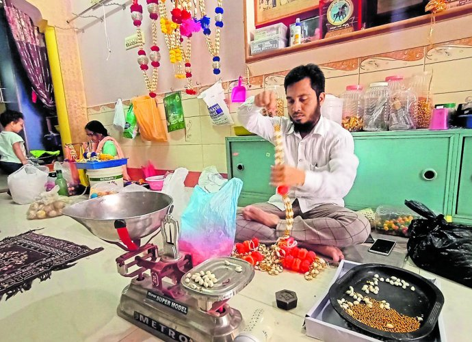 Haider Ali Patavegar busy making cardamom garland in Haveri. Patavegar family is into the business for the past seven decades. DH PHOTO