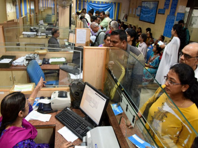 Banks geared up for last day for receiving banned notes | Deccan ...