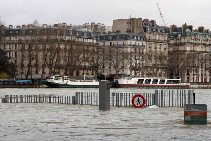 Seine reaches peak in flood-hit Paris