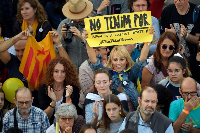 """A protester holds up a sign reading """"We are not afraid"""" during a pro-independence demonstration called by Catalan National Assembly (ANC) and Omnium Cultural organisations, against the conviction of Catalan separatist leaders for the 2017 attempted secession, in Barcelona, on October 26, 2019. (Photo by LLUIS GENE / AFP)"""