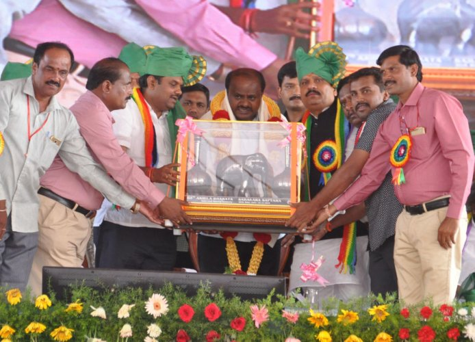 Ministers Bandeppa Kashempur and Rajashekar Patil present a Bidari artwork to Chief Minister H D Kumaraswamy at the inauguration of the co-operative week in Bidar on Thursday. dh photo