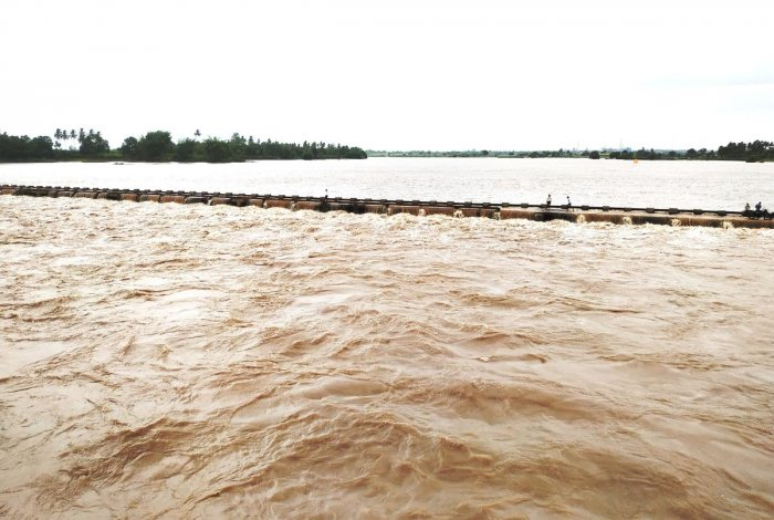 Krishna river is in spate at Shramasindhu Sagar, Chikkapadasalgi, in Jamkhandi taluk of Bagalkot district. (Right) The backwaters of Almatti reservoir cascades down at a cement factory quarry near Hanuman Temple in Bagalkot. DH PHOTO/SANGMESH BADIGER