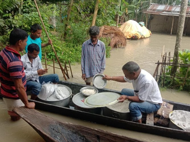 Assam MLA Mrinal Saikia distributing cooked food among flood-affected people in Golaghat district in upper Assam. Photo by Mrinal Saikia